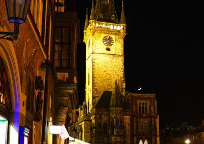Prager Rathaus mit sichelförmigem Mond