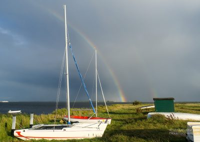 Boote unterm Regenbogen